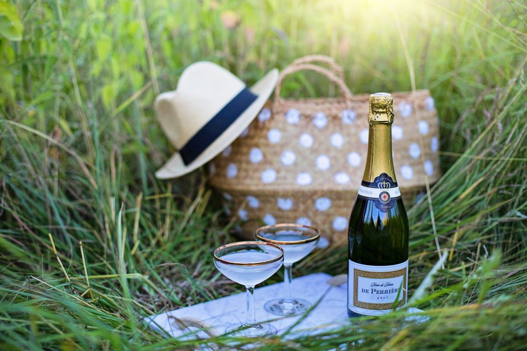 Il brindisi del picnic o brunch il giorno dopo le nozze