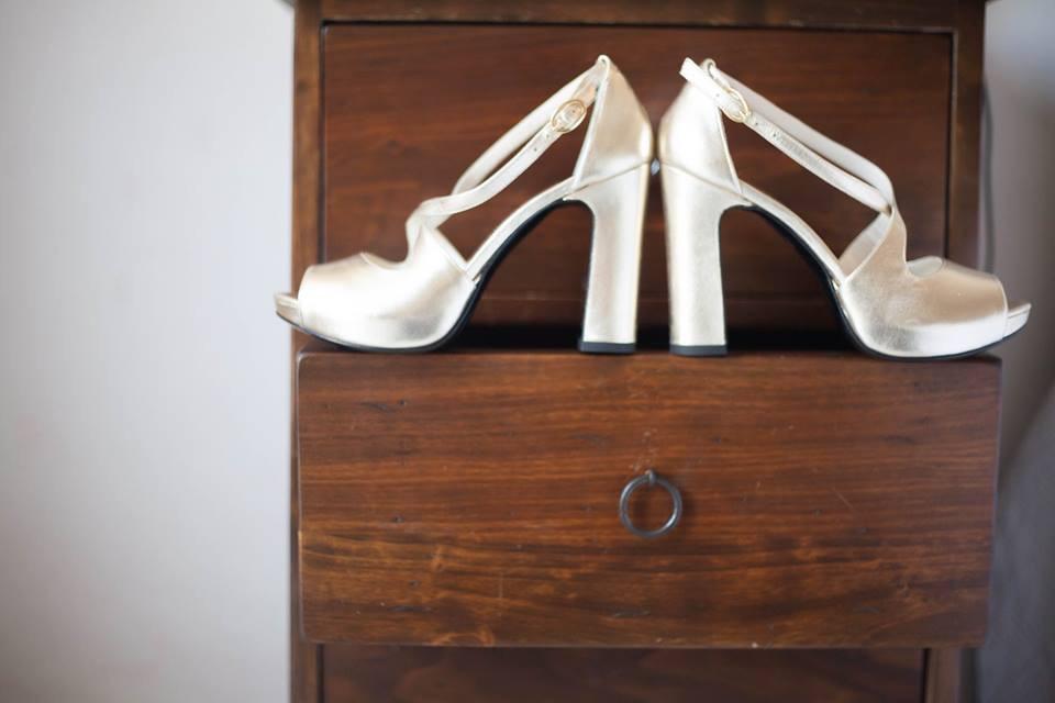 scarpe dorate con tacco grosso e leggero plateau